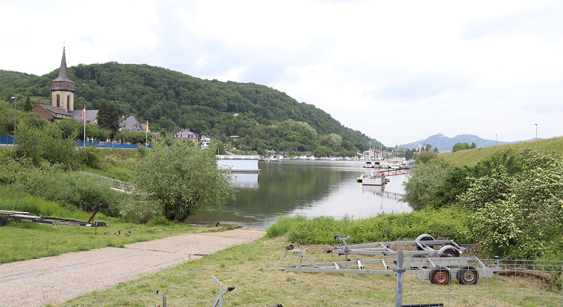 Slipanlage für Boote mit Hafenbecken im Hintergrund