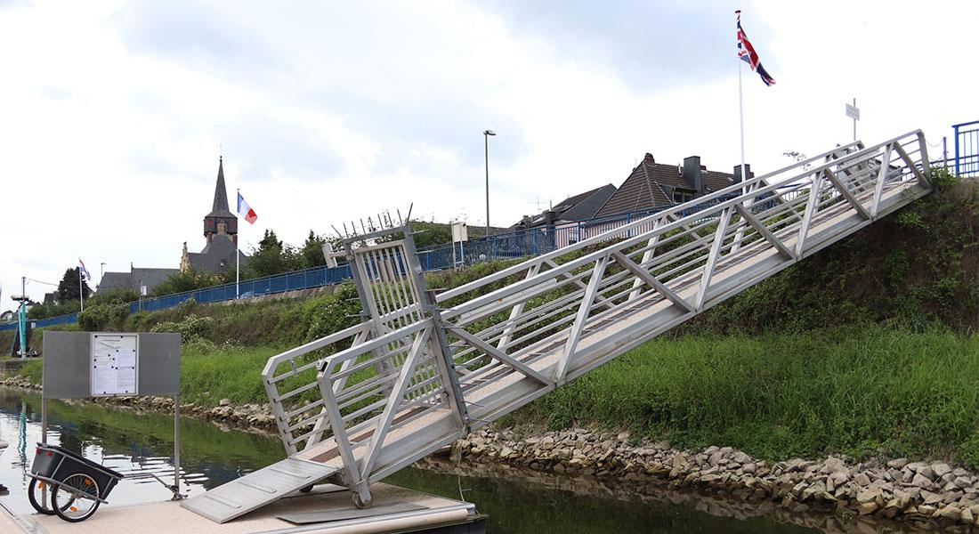 Zugang zur Landseite mit gesichertem Tor vom Schwimmsteg aus