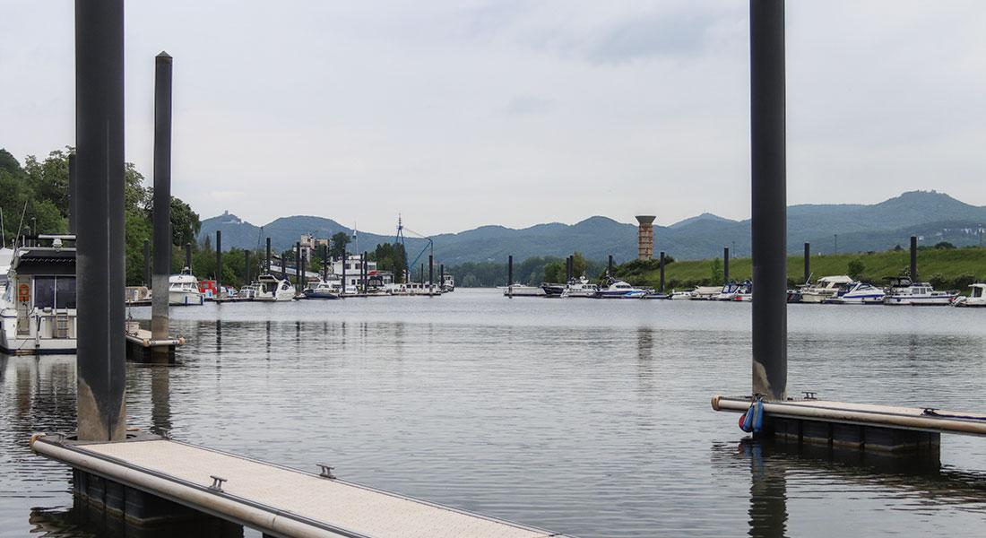Hafeneinfahrt aus Richtung Hafenbecken, der Steg der Landseite auf der linken, der Steg der Molenseite auf der rechten Seite