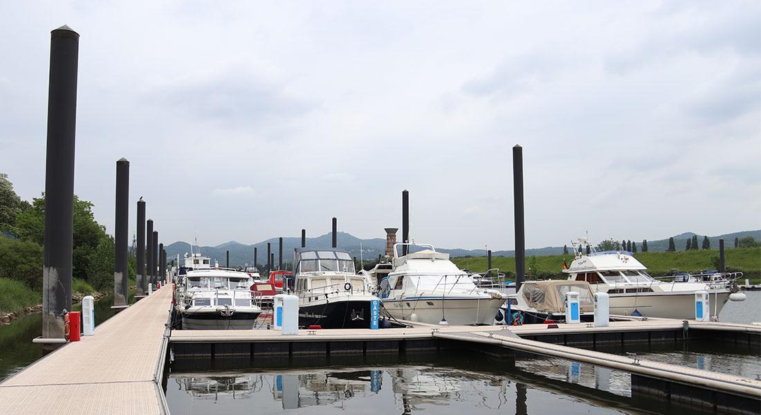 Steganlage der Landseite, Blick in Richtung Pfannkuchenschiff, im Vordergrund Boote am Steg