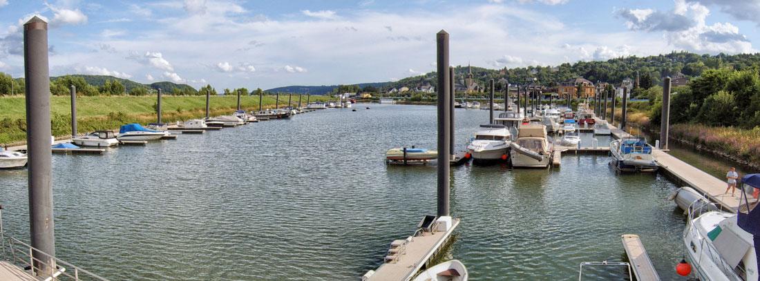 Panoramaaufnahme des Hafenbeckens vom Pfannkuchenschiff aus, Schwimmstege der Molen- und Landseite links und rechts am Bildrand